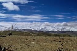 Il Lalung-La (5.050 m) e la catena himalayana vista da nord, Tibet