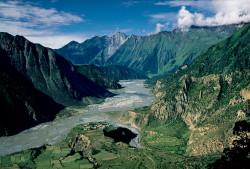 La Kali Gandaki tra il gruppo dell'Annapurna e quello del Dhaulagiri, Nepal