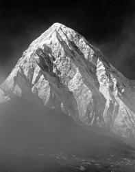 Pumori, Nebbie all'Alba, Himalaya, Nepal INFO