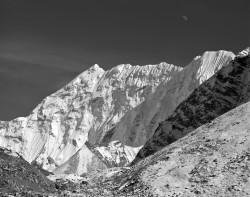 Cima Innominata con Luna, Gruppo del Baruntse, Himalaya, Nepal INFO
