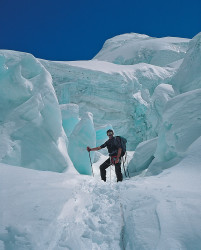 Krzysztof Wielicki tra i seracchi del ghiacciaio Gasherbrum Sud, Pakistan