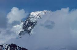 La vetta del Broad Peak (8.047 m) tra le nuvole dal ghiacciaio Baltoro, Pakistan