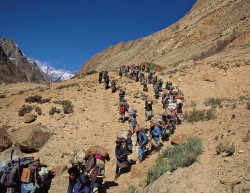 Portatori durante l'avvicinamento al Broad Peak (8.047 m), Pakistan