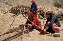 Lavoro di tessitura nei pressi del Passo Aghil, catena del Karakorum, Cina
