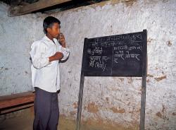 Studente nepalese durante la lezione, regione del Makalu